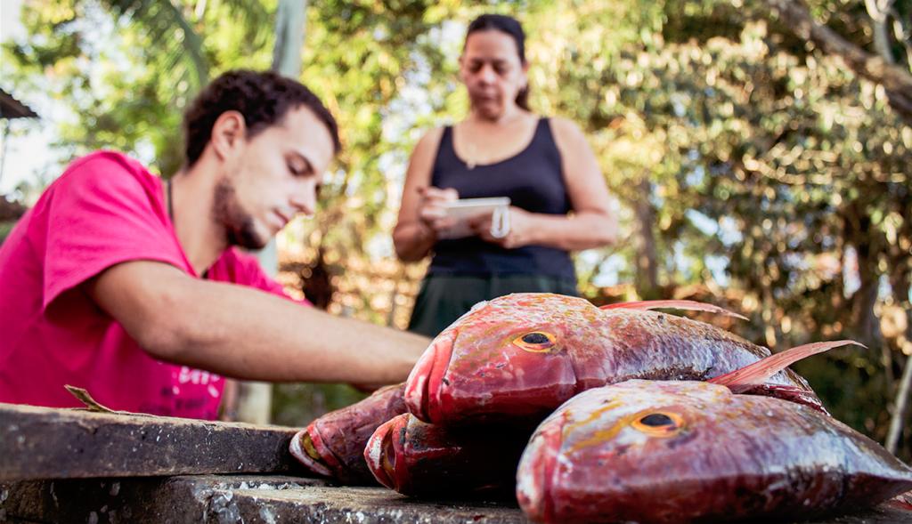 Lucas Cabral e Irene Alvarado  llevan un control de la pesca en su comunidad.